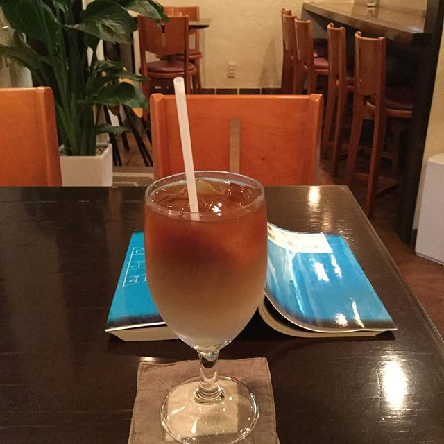 東京都渋谷区 原宿誰もいない客席15名の金太郎飴でなく、顔(その人らしく世間体を気にしていない)のあるカフェで本を読みながら寛いでいます。ここも氣が良いね!