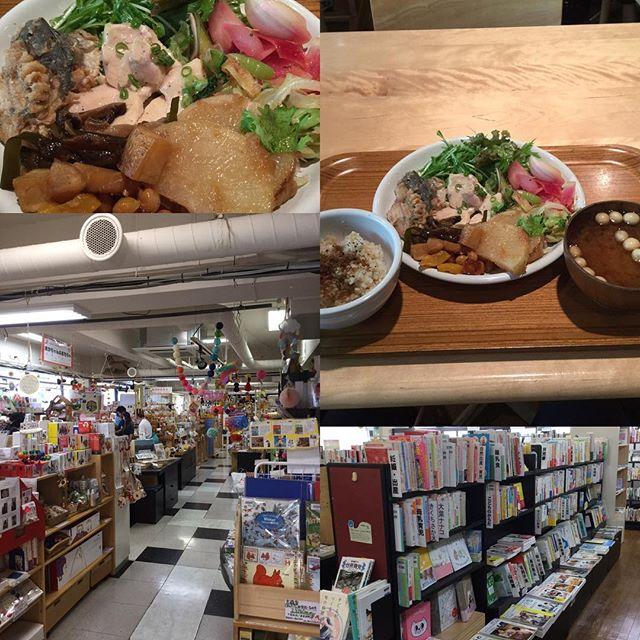 東京都渋谷区表参道 クレヨンハウスお近くなのでチョコチョコ利用しています。地下にはレストラン一階には児童書二階には世界各地のオモチャ三階にはコスメ、化粧品、書籍があります。真の好きなジャンルの良質な書籍があります。